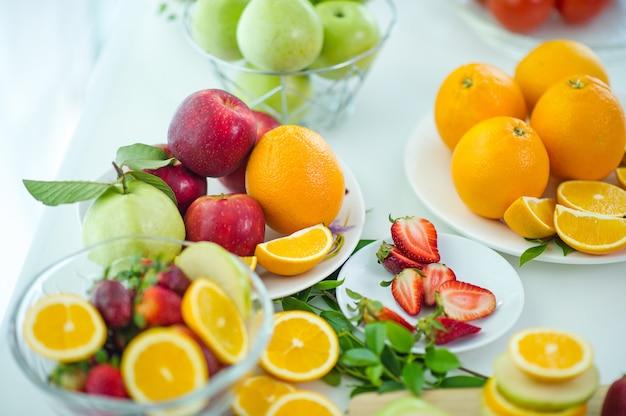 De vruchten van gezondheidsliefhebber gezond fruit en gezondheidszorg om gezond voedsel te eten. naar de huid.