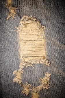 De vuile gescheurde textuur van denimjeans. Premium Foto