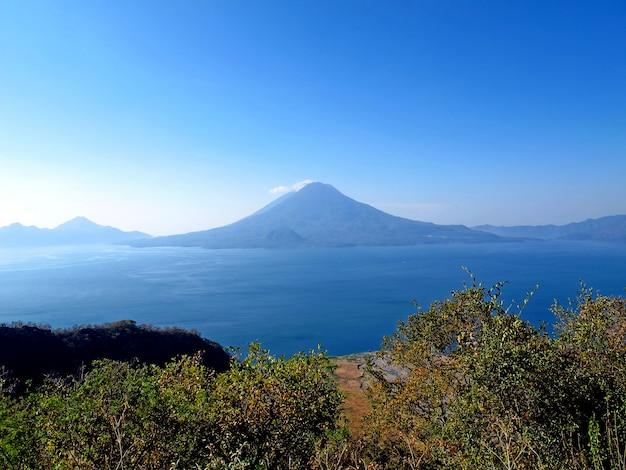 De vulkaan op atitlan-meer in guatemala