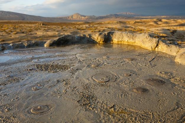 De vulkaankrater van de modder, mooi landschap, gobustan dichtbij baku azerbeidzjan.