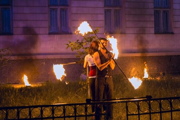 De vuurshow op het evenement een groep fakirs dansen met vuur