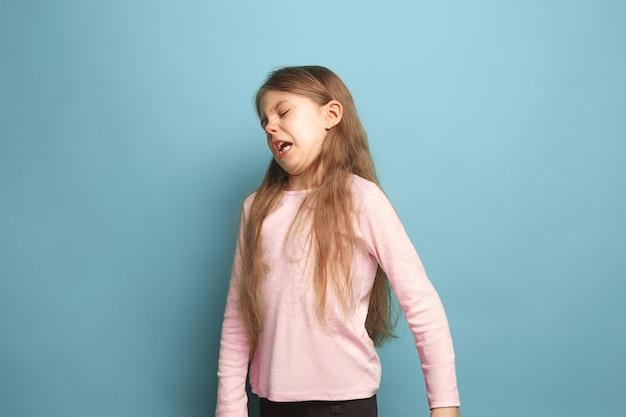 De walging. tiener meisje op een blauw. gezichtsuitdrukkingen en mensen emoties concept