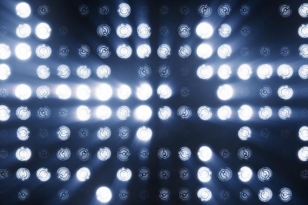 De wand van led-lampen is koudblauw