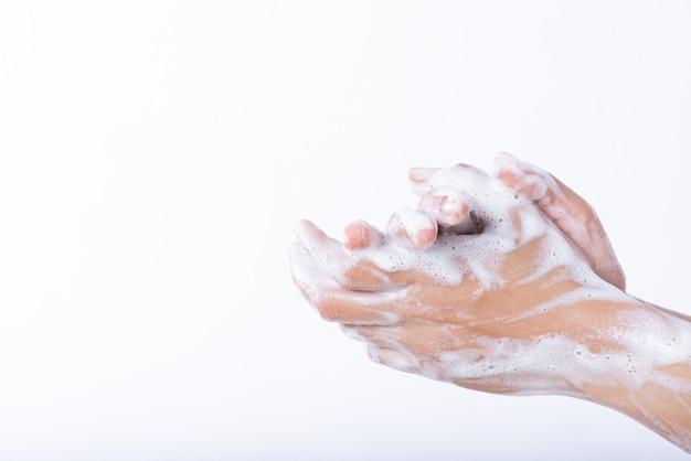 De washanden van de close-upvrouw met soapd. gezondheidszorg concept.