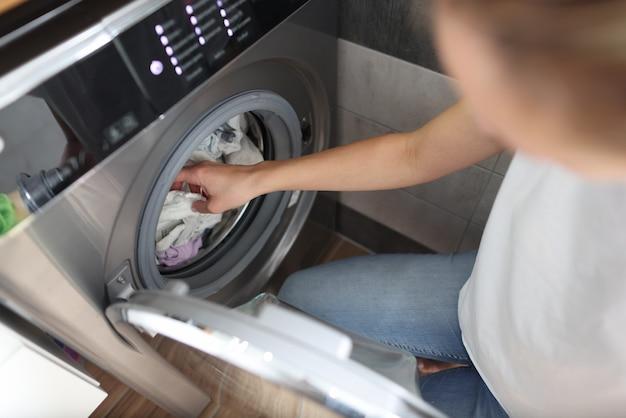 De wasmachine is geladen met wasgoed om te wassen