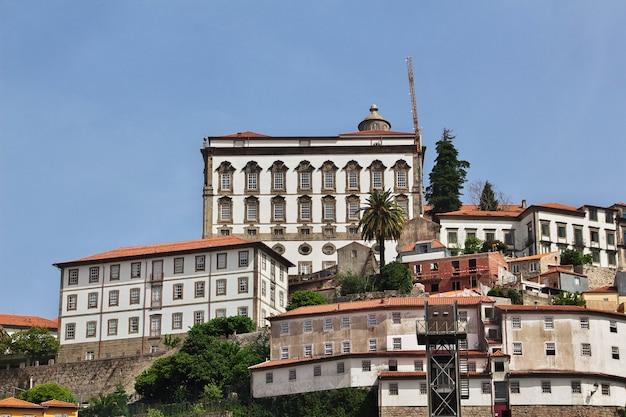 De waterkant van rio douro in porto, portugal Premium Foto