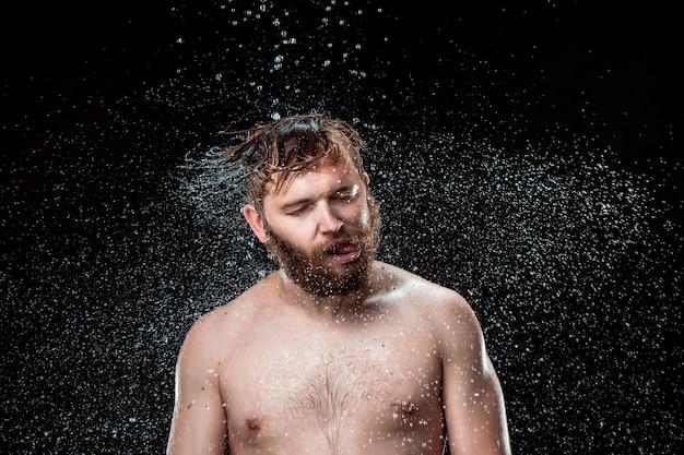 De waterspat op mannelijk gezicht