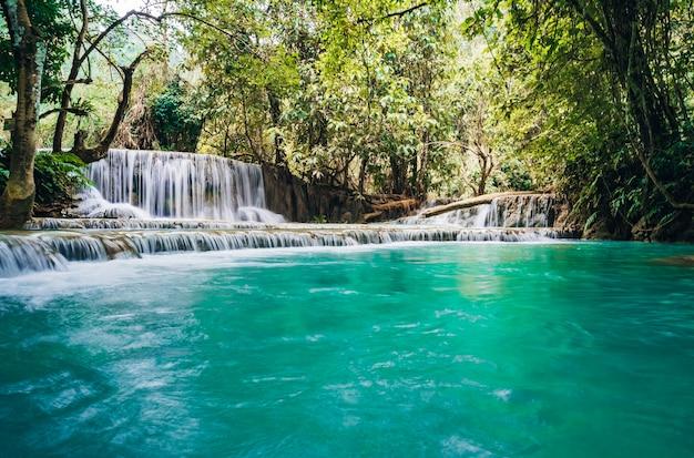 De waterval en kleine koele vijver met turquoise water. concept van ecologisch toerisme. fantastisch mooie natuur met helder waterbos en wilde jungle.