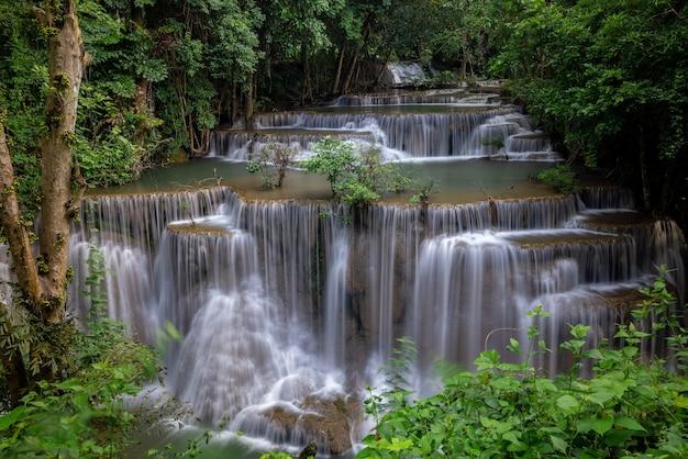 De waterval van hua mea khamin heeft tropische bomen, varens, groei op waterval in het ochtendlicht, koel, fris weer en een rustige plek om te ontspannen in de jungle. karnchanaburi, thailand.
