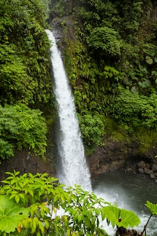 De waterval van la fortuna in tropisch bos in costa rica