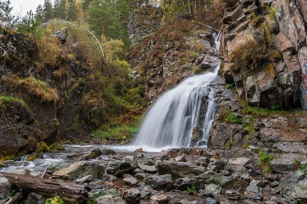 De watervalherfst in de bergen. lange blootstelling