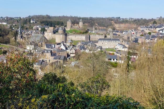 De weergave van de lente van chateau de fougeres frankrijk.