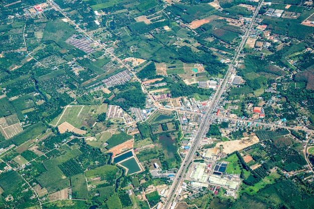 De weergave van groen veld en boerderij en stad in het midden van thailand. het schoot uit jetplane.