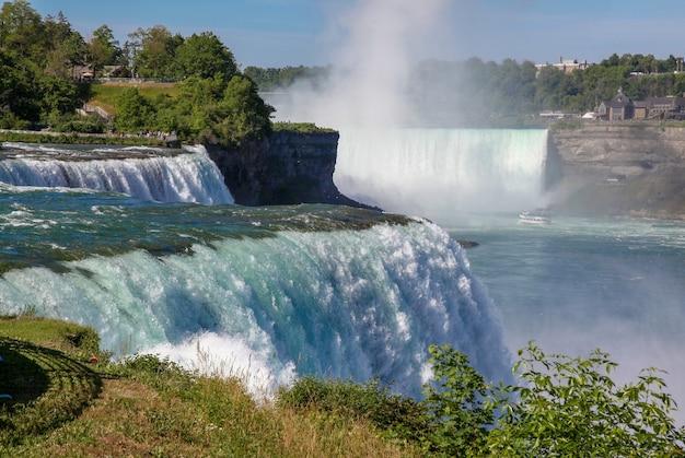 De weergave van niagara falls is mooie bezoekers van mensen de watervallen new york, usa.