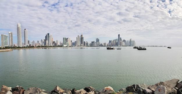De weergave van wolkenkrabbers aan de kust van panama-stad