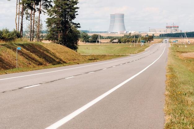 De weg die leidt naar de kerncentrale in het district ostrovets