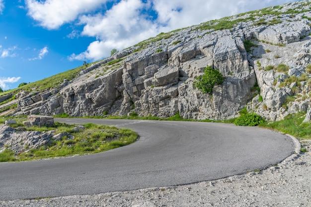 De weg die leidt naar de top van de berg lovcen. het mausoleum van de montenegrijnse heerser negush bevindt zich daar.
