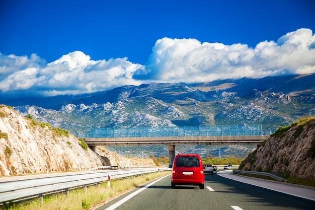 De weg die naar de bergen leidt ergens in kroatië