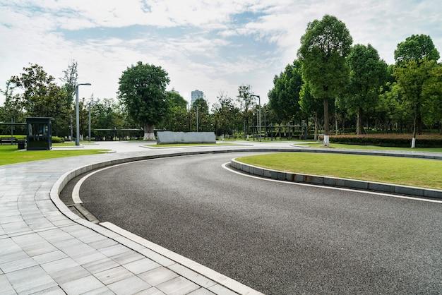 De weg en de banken liggen in het park