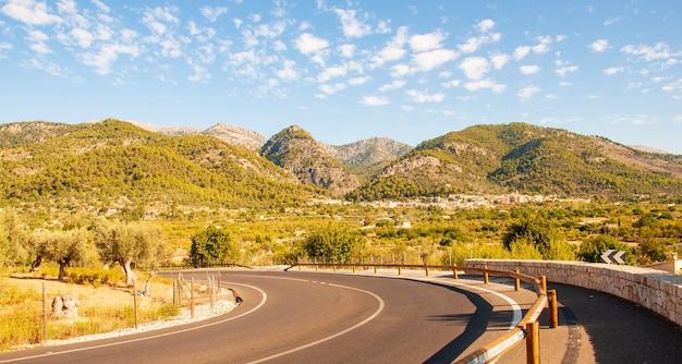 De weg in de bergen. frisse schone lucht, natuur achtergrond. op de toppen van de bergen ligt het hele jaar sneeuw. selectieve aandacht. schilderachtige bergweg, onscherp