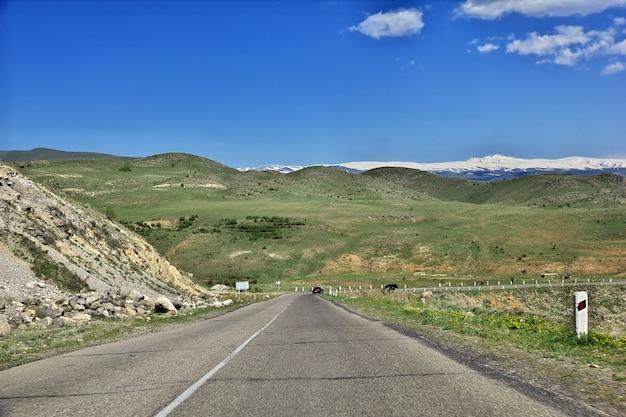 De weg in de bergen van de kaukasus, armenië