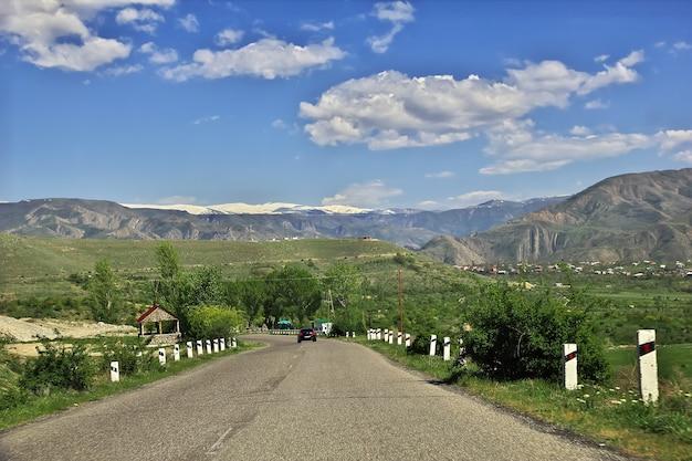 De weg in de bergen van de kaukasus van armenië