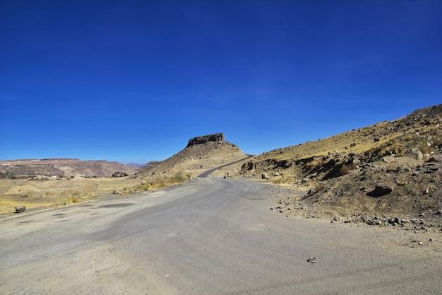 De weg in de bergen van jemen