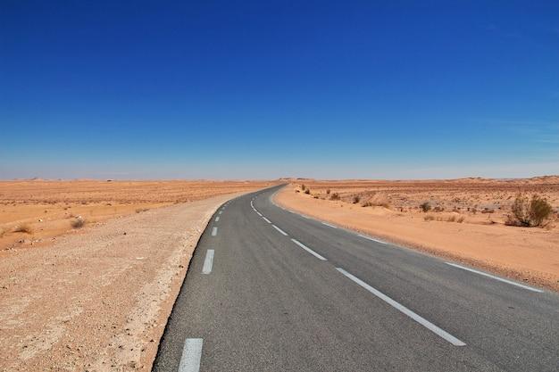 De weg in de woestijn van de sahara, algerije