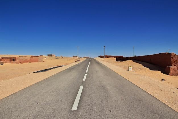 De weg in timimun verlaten stad in de woestijn van de sahara, algerije