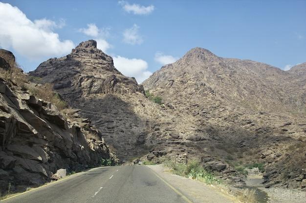 De weg in wadi sara in bergen, jemen