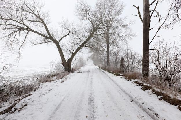 De weg is bedekt met sneeuw in het winterseizoen