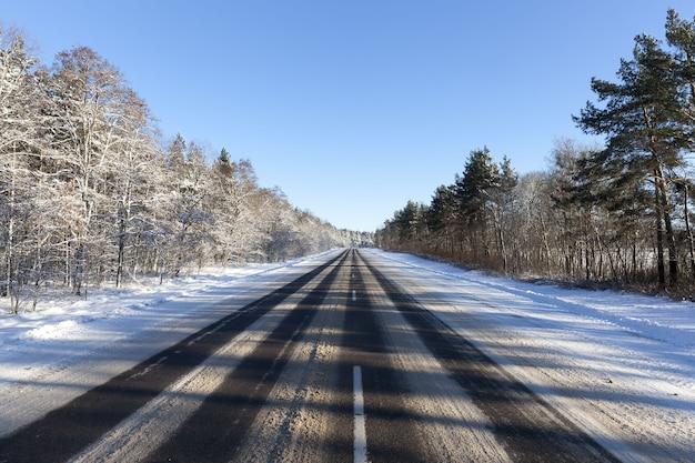 De weg is bedekt met sneeuw