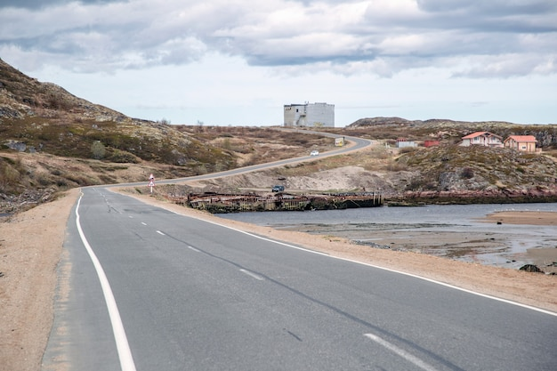 De weg langs de rotsen en de zee