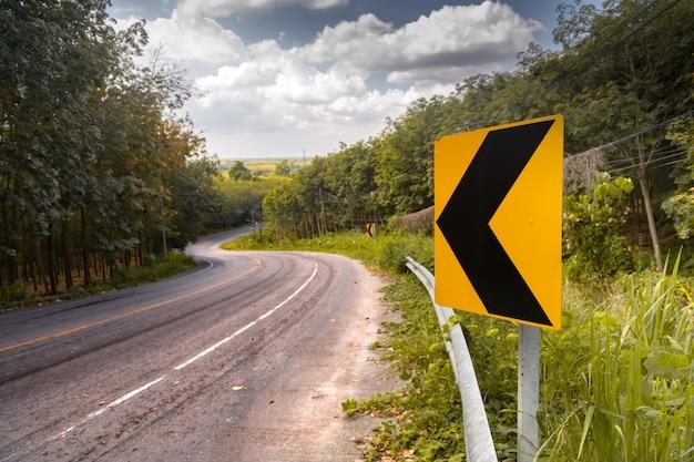 De weg met waarschuwt teken in aardmening.
