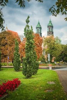 De weg naar de kerk van saints peter en paul op tumsky island bij bewolkt weer: poznan / polen - 27 september 2020