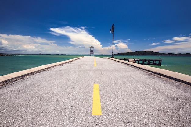 De weg naar de zee, met een kleine torenresortsfeer