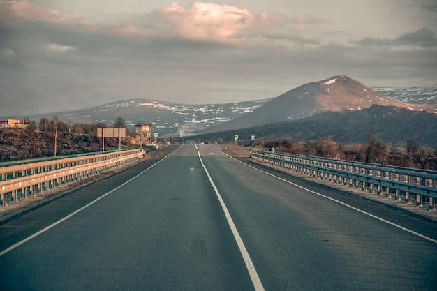 De weg naar het noorden van rusland