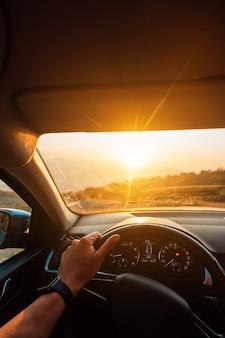De weg naar succes - een bestuurder die op een weg rijdt