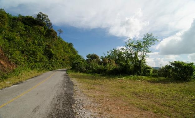 De weg onder de blauwe hemel