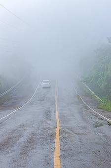 De weg op de berg is bedekt met mist