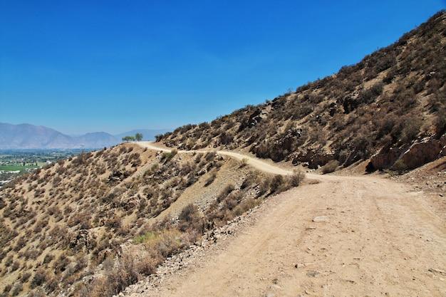De weg op de heuvel sluit de stad van los andes, chili