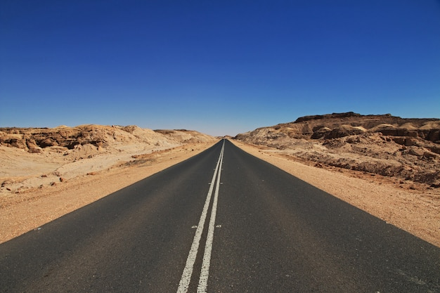De weg over canyon in de saharawoestijn, soedan