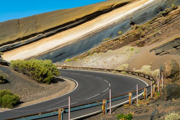 De weg sneed een heuvel op de teide-vulkaan.