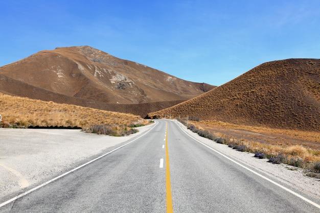 De weg strekt zich uit