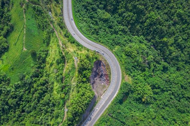 De wegfweg nr 12 die van de slang de stad op de groene bergpiek verbinden in thailand
