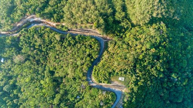 De wegkromme van het asfalt in hoog bergbeeld door het vogelperspectief van de hommel
