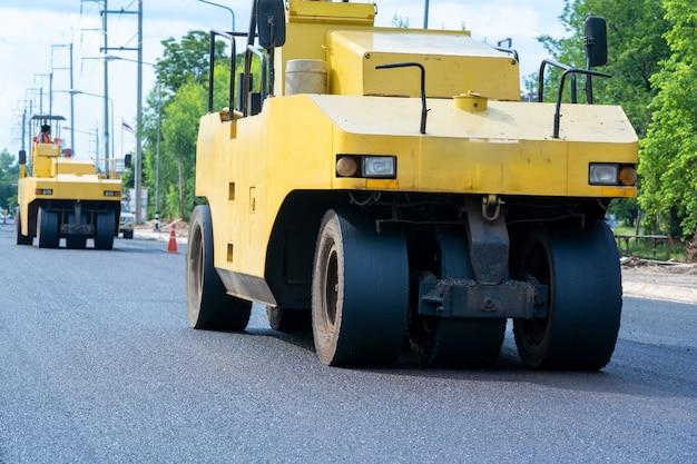 De wegrollers werken aan de nieuwe wegenbouwplaats in de stad.