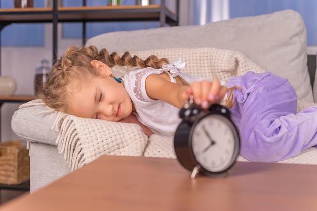 De wekker gaat thuis het meisje gilt en wil niet naar school