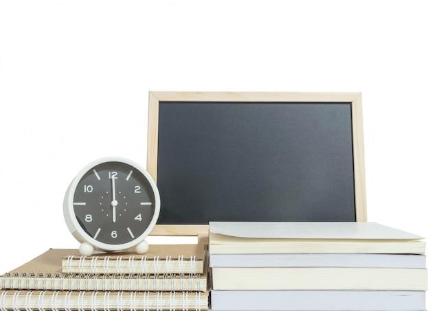 De wekker van de close-up voor verfraait toont 6 uur op stapel van boek met houten bord