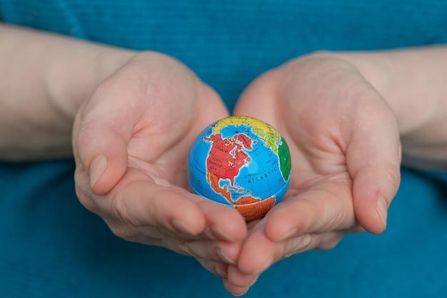 De wereld is in puin. dag van de aarde. planeet aarde.